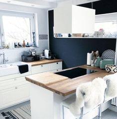 Hereinspaziert! 10 neue Wohnungseinblicke auf SoLebIch | SoLebIch.de  Foto: bogenhouse   #solebich #küche #ideen #streichen #wandgestaltung #skandinavisch #ordnung #offene #einrichtung #gestalten #arbeitsplatte #dekoration #renovieren #insel #kitchen #interior #interiorideas #schwarz #weiß #holz