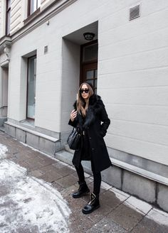 Think all-black outfits are boring? These five looks will prove you wrong! Black outfits for fall can be amazingly interesting and chic. Take a look at the outfits below and tell us which one is. Black Casual Outfits, All Black Outfit, Simple Outfits, All Black Fashion, Look Fashion, Fashion Outfits, Street Fashion, Summer Outfits Women, Winter Outfits