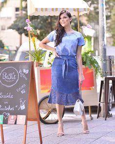 """2cd9d9768 CRIS FELIX on Instagram: """"Bom dia com este look maravigold de @basecafemoda  jeans é vida, neh não? Amei a modelagem da saia, achei super diferente."""