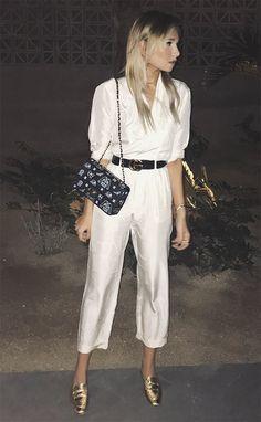 Street style look com camisa e calça cetim.