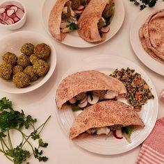 Falafels cuits au four - michelerousseaudtp Pain Pita, Falafels, Sauce Tzatziki, Mexican, Favorite Recipes, Ethnic Recipes, Posts, Food, Baked Falafel Recipe