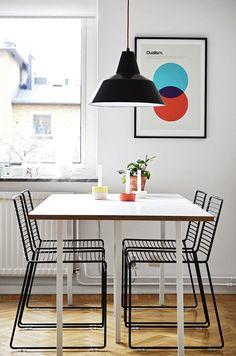 Hee Stuhl von HAY. Hee Welling lässt alles Überflüssige weg, um einen simplen, aber komfortablen Metallstuhl zu kreiern. Gelungen, nicht nur für den Einsatz in Küche auch auf Balkon & Terrasse: http://www.ikarus.de/marken/hay.html