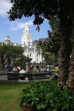 Centro Historico #Quito.  Al fondo la Catedral Metropolitana de Quito y en el frente la Plaza de la Independencia