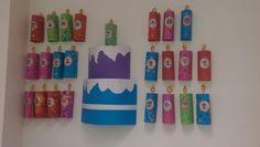 Verjaardagstaart!! Elk kind heeft een kaarsje gemaakt voor op de taart, met fotootje en datum Play School Activities, Preschool Classroom Themes, Classroom Charts, Classroom Decor, Preschool Activities, Classroom Board, Birthday Bulletin Boards, Classroom Birthday, Birthday Wall