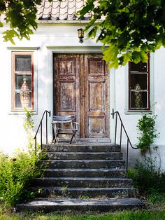 Hemma hos: Loppisblandning på Gotland - Lilly is Love White House Interior, Interior And Exterior, This Old House, Yellow Houses, Ivy House, Swedish House, Wooden Doors, Windows And Doors, Old Houses