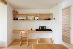 ダイニング横には家族の共有カウンターを。ナレッジライフの定番です。テレワークにも最適なスペース。 - #家づくり #木の家 #自然素材の家 #マイホーム計画 #プロダクトハウス #規格型住宅 #30坪の家 #ジョリパット #コンパクトな家 #小さな家 #pure #吹抜けのある家 #フルオープンサッシ #大きな窓 #デッキのある家 #お庭 #ガーデニング #新潟注文住宅 #長岡注文住宅 #ナレッジライフ #knowledgelife Floating Shelves, Pure Products, Home Decor, Decoration Home, Room Decor, Wall Shelves, Home Interior Design, Home Decoration, Interior Design