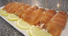 """Fabulosa receta para Rollitos de salmón marinado con palitos de cangrejo . Los Rollitos de Salmón Marinado con Palitos de Cangrejo es un plato muy fácil de preparar y quedan deliciosos. Si te gusta esta receta puedes clicar el """"me gusta"""" y compartirlo con tus amigos. Vídeo: Rollos de salmón rellenos con palitos de cangrejos"""