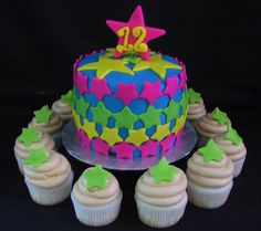 Fondant star birthday cake with cupcakes | The Twisted Sifter