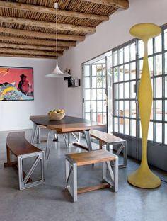 Une bâtisse esprit loft Photo : Nicolas Mathéus  À la manière dun loft, le rez-de-chaussée ferait pièce commune avec la cuisine, le séjour et lespace dédié à la salle à manger. Liée dans le prolongement par un sol de béton lissé, une jolie cour fait salon à ciel ouvert.  http://www.cotemaison.fr/insolite/diaporama/une-maison-sixties-plein-sud_17864.html?p=3#diaporama