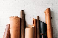 How to choose the BEST leather - Lederverarbeitung Leather Art, Sewing Leather, Leather Gifts, Leather Tooling, Leather Jewelry, Leather And Lace, Leather Crafting, Handmade Leather, Best Leather
