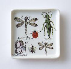 Prato quadrado com o tema bugs! #porcelana #porcelanadecorada #porcelanapersonalizada #decoração #decor #pintadoamão #feitoamão #brasil #brazil #homedecor #porcelain #bugs #insetos #butterflyes #spiders #grilos #ouro #westwing https://www.westwing.com.br/porcelana-patricia-virmond-pratos-bandejas-e-moringas/