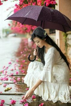 Under my Umbrella Umbrella Photography, Girl Photography, Ladies Umbrella, I Love Rain, Poses Photo, Walking In The Rain, Under My Umbrella, Rain Umbrella, Belle Photo