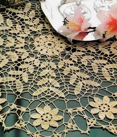 Bee-u-ti-ful Crochet Tablecloth/Doily: free pattern