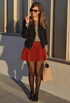 me encantó! nose si fue el color de la falda, o la chaqueta, pero encuentro que es una tenida super cool, juvenil, formal (se puede hacer más formal con tacos, pero eso ya es de gustos). Hasta la encuentro como media roquera con las gafas y la chaqueta. Amor del bueno para este look!