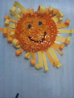 Sole con riccioli di carta colorata