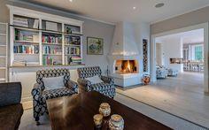 """Se fler bilder ifrån huset       New England hus A2912  """"Alla familjer New England Hus, Stoves, Bookcase, Mood, Usa, Design, Home Decor, Pictures, Decoration Home"""