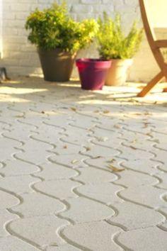 Un sol clair et épuré parfait pour aménager sa terrasse. #castorama #inspiration #decoration #ideedeco #tendancedeco #jardin #exterieur #amenagement #salondejardin #tapis #plantes #vegetal #fauteuil #tablebasse #piscine #terrasse