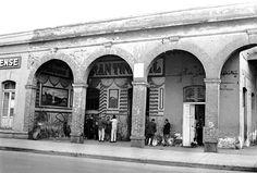 """La pulquería """"El gran tinacal"""", en Manuel Doblado y Peña y Peña, cerca del Metro Tepito, en los años setenta"""