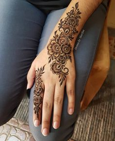 Simple Mehendi designs to kick start the ceremonial fun. If complex & elaborate henna patterns are a bit too much for you, then check out these simple Mehendi designs. Henna Hand Designs, Eid Mehndi Designs, Mehndi Designs Finger, Mehndi Designs For Girls, Modern Mehndi Designs, Mehndi Design Pictures, Mehndi Designs For Fingers, Mehndi Patterns, Beautiful Henna Designs