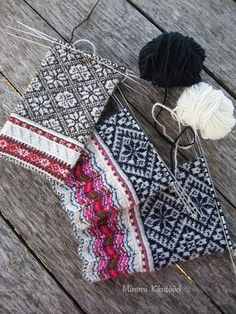 Mimmi Käsitööd! Knitted Mittens Pattern, Fair Isle Knitting Patterns, Knit Mittens, Knitting Charts, Knitted Gloves, Knitting Socks, Knitting Stitches, Hand Knitting, Fair Isles