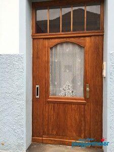 Lasuren sind vielfältig, helfen aber die Haustür zu schützen und haben tolle optische Effekte, wenn der Malerprofi die Arbeiten ausführt.