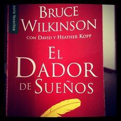 """Instagram photo by diananeira_ - """"Todo el mundo tiene un sueño!! Vives tu sueño o sólo vives la vida? """" El dador de sueños / Bruce Wilkinson --- Este libro te ayudara a comenzar el viaje.  Recomendado."""
