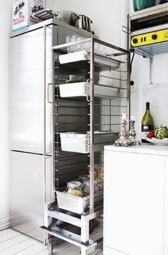 New kitchen sink storage diy dish racks 27 ideas Small Kitchen Storage, Kitchen Pantry, New Kitchen, Kitchen Sink, Bistro Kitchen, Kitchen Styling, Rustic Kitchen, Kitchen Decor, Swedish Kitchen