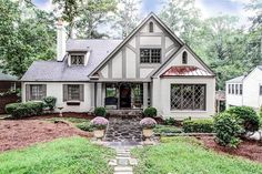 two story house tudor style exterior with siding Style At Home, Tutor Style Homes, Tudor Cottage, Cottage Plan, Cottage Style, Tudor House Exterior, Cottage Exterior, Tudor Exterior Paint, Tudor Black Bay