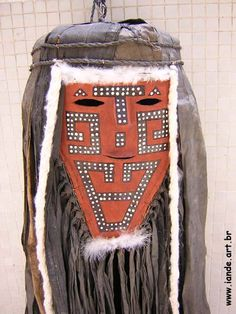 Máscara do espírito Tamoko. Material: fibras de árvore, algodão e cera de abelha. Feito por índios: Wayana-Apalay. Outros nomes/grafias: Aparaí, Uaiana. Local: norte do Pará, Brasil. Peça: Máscara utilizada na Festa da Cumeeira. Nome indígena: Tamokó.