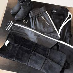INSPIRATION – Look of the day Læderbukser fra Mos Mosh • Fake fur jakke fra Neo Noir • Rosemunde støvler • Enamel øreringe • Mos Mosh Savour blouse