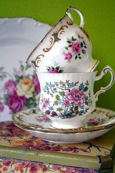 teatime.quenalbertini: Pretty teacups and saucers