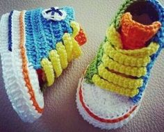 Crochet Baby Shoes Crochet Baby Converse - Everyone loves a good crochet baby booties pattern and this collection is filled with sweet ideas that are perfect for a newborn. Converse En Crochet, Crochet Baby Shoes, Crochet Baby Clothes, Crochet Slippers, Booties Crochet, Baby Slippers, Knit Shoes, Sewing Clothes, Baby Converse