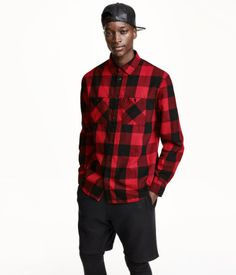 Long-sleeved shirt in brushed cotton flannel. Turn-down collar and chest pockets with button. Regular fit.