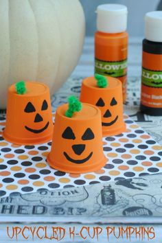 Do you love fall crafts? Save up your k-cups and make these super cute and easy … Do you love fall crafts? Save up your k-cups and make these super cute and easy Upcycled K-Cup Pumpkins, and stick around for even more fall craft ideas. K Cup Crafts, Crafts To Sell, Diy And Crafts, Arts And Crafts, Sell Diy, Decor Crafts, Beach Crafts, Halloween Kita, Halloween Crafts For Kids
