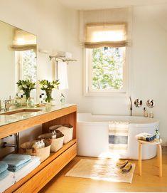 Baño contemporáneo con mueble bajolavabo y bañera debajo de ventana_ 00394359