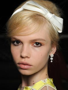 Peach eyeshadow looks insanely proper against those thick, mod lashes. The vintage hairdo keeps this look sugary sweet