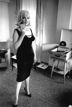 Marilyn Monroe listens to records, photographed by Inge Morath, 1960.