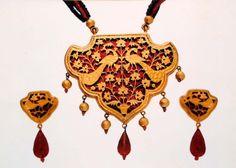 Rajsoni thewa art (originator of thewa jewellery) Royal Jewelry, Glass Jewelry, Pendant Jewelry, Diamond Jewelry, Gold Jewelry, Mughal Jewelry, Ethnic Jewelry, Indian Jewelry, Antique Jewellery Designs