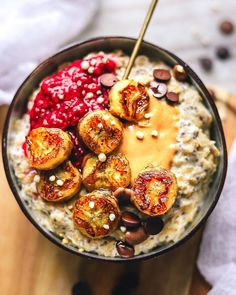 Healthy and easy vegan oatmeal topped with peanut butter, raspberry chia jam, and fried bananas. Healthy and easy vegan oatmeal topped with peanut butter, raspberry chia jam, and fried bananas. Breakfast Low Carb, Sweet Breakfast, Breakfast Bowls, Healthy Breakfast Recipes, Healthy Recipes, Oatmeal Breakfast Recipes, Eating Healthy, Vegan Bowl Recipes, Clean Eating