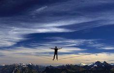 Guillaume Rolland da França está na linha durante o evento Highline Extreme em Moleson, Suíça. REUTERS / Denis Balibouse