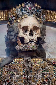Art historian Paul Koudounaris has just published a book about fake saints' skeletons. These macabre faux relics were created in the Memento Mori, Post Mortem, Old Cemeteries, Danse Macabre, Cemetery Art, Vanitas, Skull And Bones, Skull Art, Dark Art