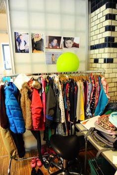 Vorbereitung zur Modenschau: Die Herbstkollektion, die unsere Nachwuchsmodels präsentieren werden.