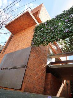 Referencia imagen 61. Casas con muros anchos y pequeñas ventanas.