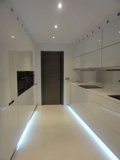 56 veces he visto estas serenas cocinas blancas. Monochrome Interior, Flat Interior, Kitchen Interior, Interior Design Living Room, Kitchen Cabinets And Countertops, Kitchen Cupboards, Kitchen Cabinet Design, Modern Kitchen Design, Bathroom Design Small