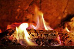 Praskajúce drevo v krbe pôsobí upokojujúco a teplo z neho sálajúce počas čoraz chladnejších večerov úžasne zahreje. Za zmienku však stojí aj to, čo v krbe po zhorenom dreve ostane. Drevný popol sa dá totiž kreatívne využiť.