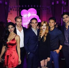 Shadow Hunters cast and Katherine Mcnamara Shadowhunters Tv Series, Shadowhunters The Mortal Instruments, Jace Lightwood, Isabelle Lightwood, Cassandra Clare, Shadow Hunters Cast, Clary E Jace, Clary Fray, Funny Moments