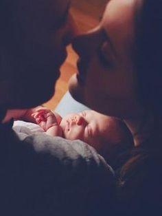 Baby Newborn Fotoshooting Idee mit Eltern. So sieht Liebe aus, Küssendes Paar mit Baby. Familien Foto