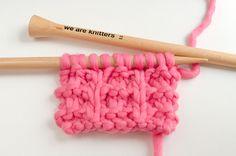 Salut knitters !Dans le post d'aujourd'hui vous apprendrez comment tricoter le point whelk.Le point Whelk se réalise en combinant mailles endroit et envers. C'est un point facile pour les débutants qui a un rendu magnifique et saisissant.Ce point est réversible et il a l'avantage de ne pas s'emmêler. Voyons maintenant comment tricoter le point whelk:Montez un multiple de 4 + 3 mailles:Rang 1: tricotez 3 mailles endroit, *passez une maille sans la tricoter comme si vous voulez la tricoter…