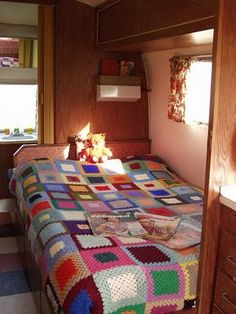 airstream bedroom, if you like crochet, check out the bedspread Vintage Caravan Interiors, Retro Caravan, Vintage Airstream, Vintage Caravans, Camper Caravan, Vintage Campers, Caravan Ideas, Airstream Trailers, Vintage Trailers