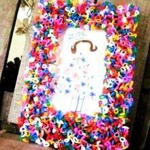 Que faire pour occuper les enfants pendant les journées pluvieuses des vacances? Et si on jouait encore avec des perles à écraser?? Alors voilà un petit DIY tout simple pour réaliser avec eux de jolis cadres fait-main aux couleurs vitaminées et au design hyper rigolo!!!